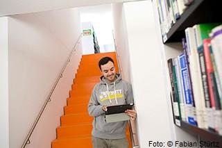 Bild eines Studierenden, der mit Laptop recherchiert